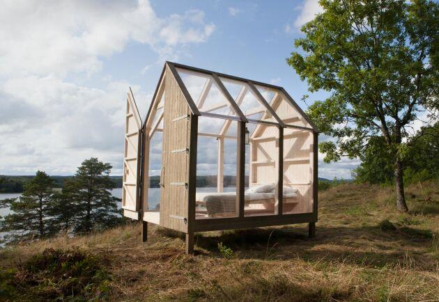 Husen som försökspersonerna bott i är av glas och trä har byggts upp på ön Henriksholm i sjön Ånimmen i Dalsland.