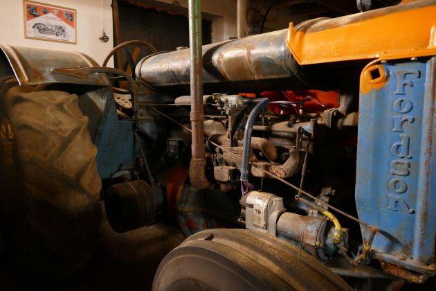 Den första veterantraktor Lars-Åke Stuhre köpte är en Fordson Låglund från 1938. Den har en fyrcylindrig fyrtaktsmotor med sidoventiler.