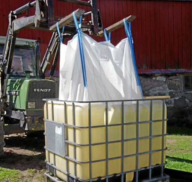 Ett par hundra kilo rensat korn fuktas, stöps, under två dygn i en storsäck nedsänkt i en vattenfylld IBC-behållare. Säcken lyfts upp några gånger per dag ur vattnet.