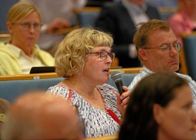 Anna Törnfelt argumenterade för att skota ordet jordbruksstöd och fick stämman med sig.