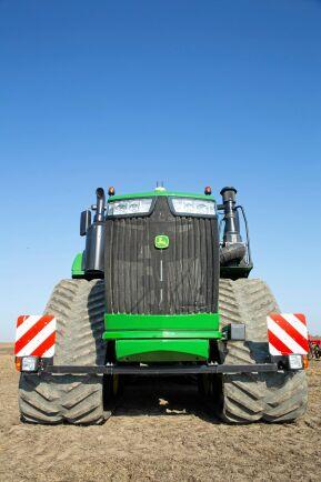 Banden med en bredd på 915 millimeter ger traktorn en enorm dragförmåga praktiskt taget utan slirning. I alla fall under de förhållanden som råder då vi provar traktorn.