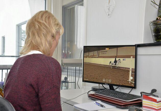 Saga Lannefelt hoppar D-ponnyn Droppan. Tränaren Marit Flyhammer sitter framför en dator flera mil bort och coachar.
