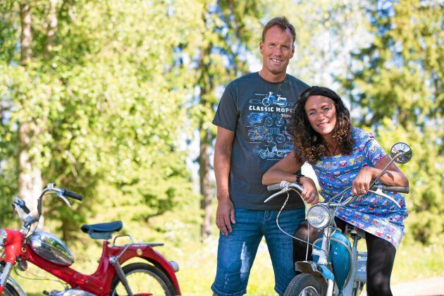 Lars Lindgren och Åsa Nilssons hjärtan klappar för gamla mopeder. Vackra sommardagar brukar de ge sig ut på små utflykter tillsammans.
