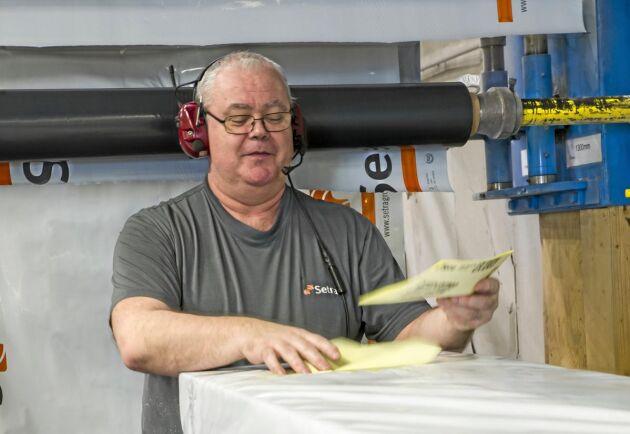 Jörgen Hedman har jobbat på limträfabriken i Långshyttan i 18 år där han sköter paketering av limträbalkarna till kunder runt om i världen.