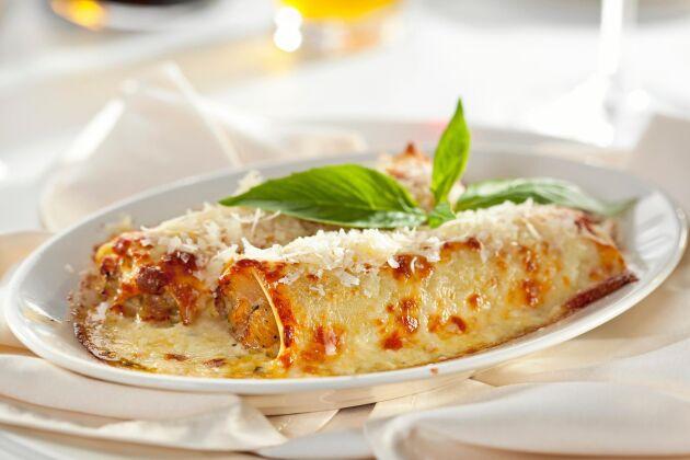 Garnera kycklingrullarna med färsk basilika och servera med skivad tomat och mozzarella.