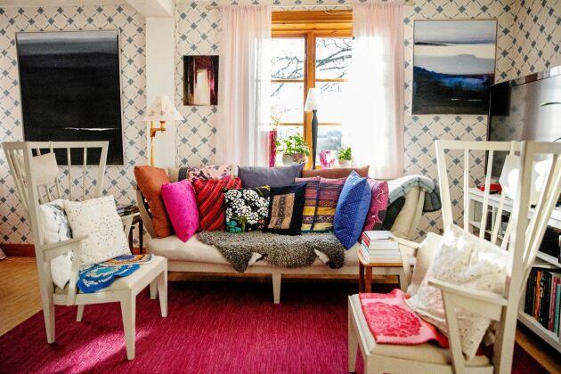 Karins intresse för konst och design syns i hur hon inrett salen/vardagsrummet i den gamla bagarstugan.