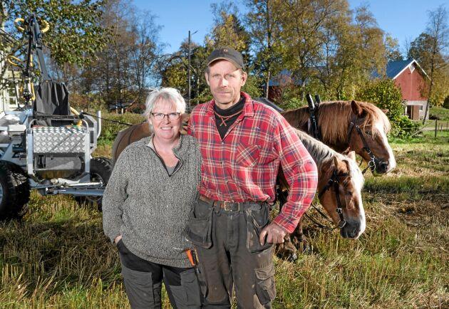 Lena och Torbjörn Larsson är äkta makar och företagare med hästar i centrum för gårdens verksamheter.