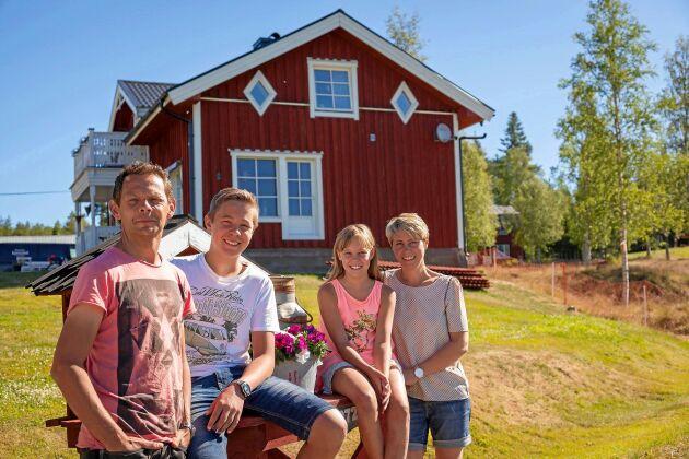 Familjeföretag. Pappa Mikael, sonen Joakim, dottern Ebba och mamma Susanne framför boningshuset på Härjeåsjöns lantgård i Härjedalen.