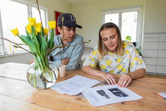 Tom och Julia har fått mycket information från grannar och bybor både muntlig och skriftlig, plus bilder.
