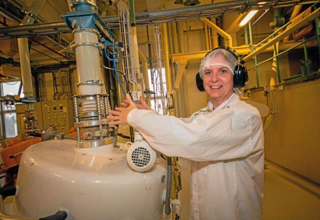Nina Lanner, produktionschef för frukost och havre vid kvarnen i Järna, vid en av skalningsmaskinerna. Kärnan skiljs från skalet genom att havrekornet i hög hastighet slungas mot en gummiring.