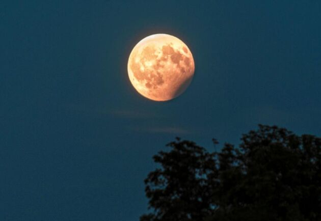 Den 16 juli har du chans att se en partiell månförmörkelse i Sverige.