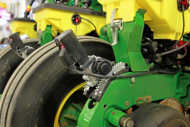 SILVER: Smarthdepth. Markfukten styr sådjupet. Med Smart Depth från Precision Planting LLC styr såbillens arbetsdjup så att fröet, inom de gränser föraren sätter, alltid läggs i fuktig jord. Markfuktigheten på olika djup i marken mäts i farten. Systemet ska ge jämnare uppkomst och lägre utsädesförbrukning.