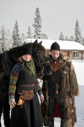 Marika och Pecka klädda i vinterkläder i 1800-talsstil.