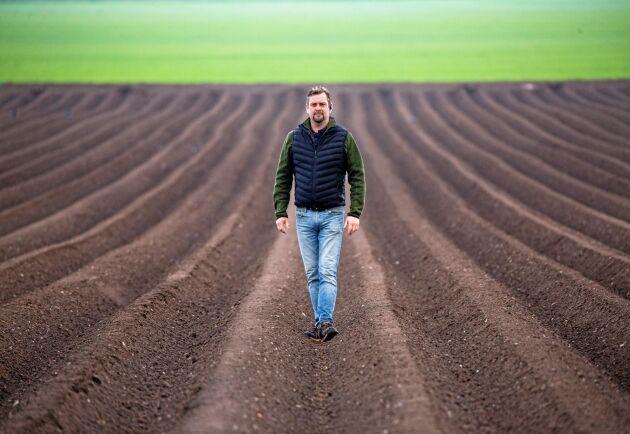 Christian Radby ser det som en spännande utmaning att testa en helt ny gröda. Han har aldrig odlat potatis förut och tycker det känns kul att lära sig något nytt. Potatiskuporna sticker ut i ett område som annars domineras av sockerbetor, spannmål och oljeväxter.