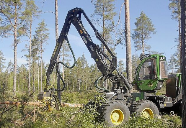 Bröderna Ekströms Skogsentreprenad i Norrhult utanför Hultsfred låter sina maskiner stå på nätterna. Nyttjandegraden blir lägre men i gengäld håller maskinerna högre, anser delägaren Per Ekström. På bilden syns företagets skördare John Deere 1470 G, som körs av Henrik Klingstedt.