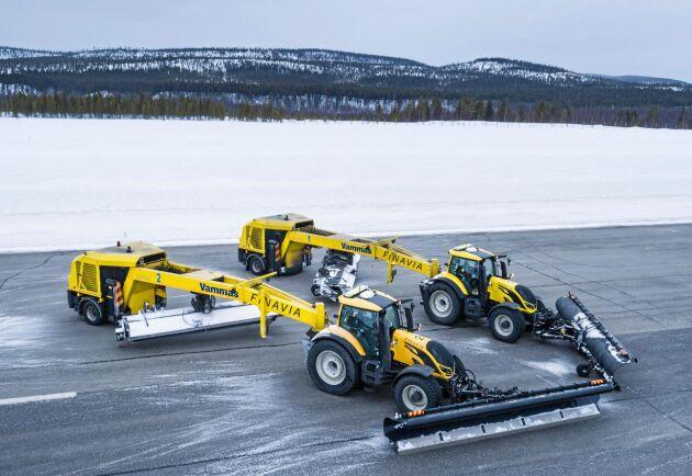 Traktorerna har dragit 4,5 meter breda snöröjningssläp.