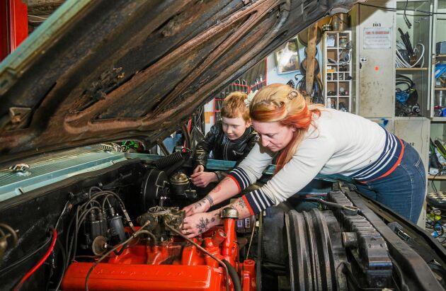 Carolina mekar i garaget med sonen Lucas, 10 år.