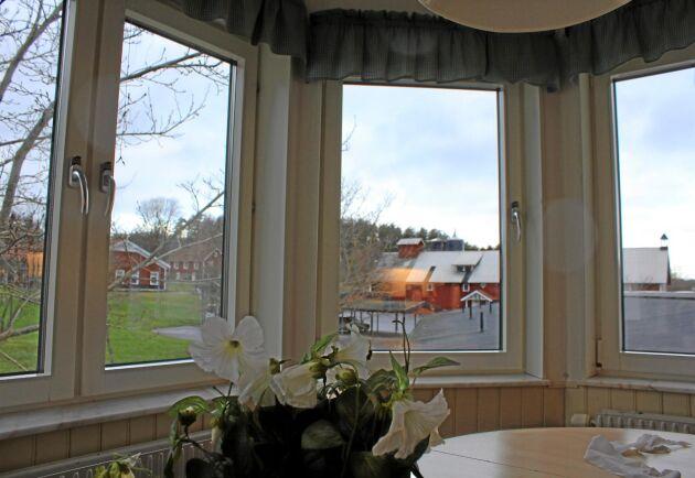 Varje våning har ett gemensamt kök och matplats. Här med fin utsikt över skolans mark och byggnader.