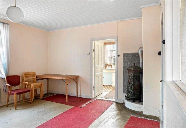 I den lilla salen står en liten gjutjärnskamin som minner om äldre tider.