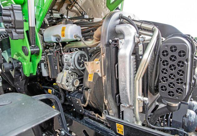 Motorhuven viker undan i ett stycke och frilägger motorpaketet föredömligt. Dock går kylarpaketet dåligt att dra isär.