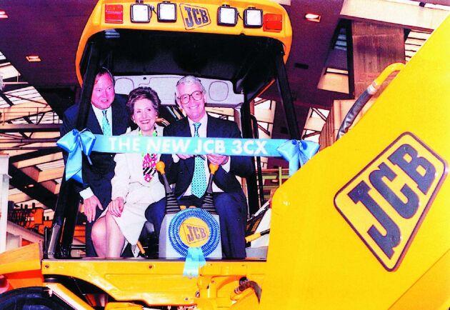 Politisk pryl 1. 1997 visade Anthony Bamford Storbrittaniens dåvarande premiärminister John Mayor hur man kör traktorgrävare.