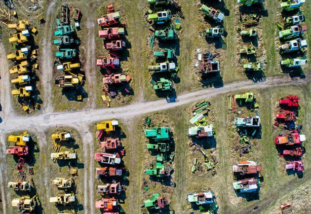 På traktordemonteringen finns delar från olika märken.