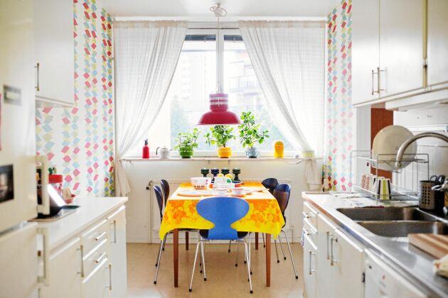 Köket i fyrarummaren är kvar i originalskick från 1963, förutom handtagen.
