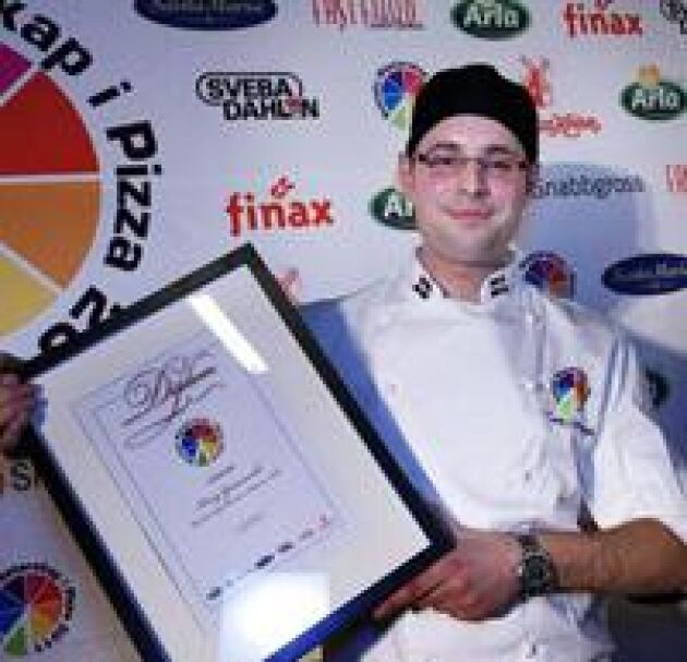 Glad bagare. Tony Gerasvoski, 25, bakade en vild vinnarpizza för jägare och skogsfolk. Foto: Maj-Britt Rehnström