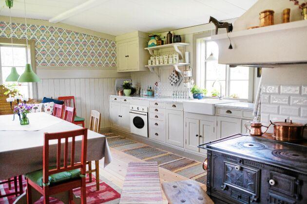 Det stora köket ser ut som original men är nybyggt i gammeldags stil av det lilla hälsingesnickeriet Tallkotten.