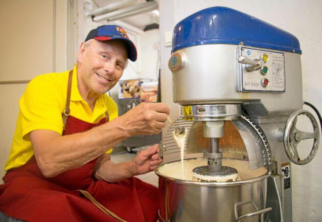 Per Brunberg vid vispen som rör ihop socker och äggulor till en smet.