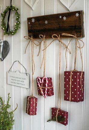 Knappbräda i hallen med små julklappar.