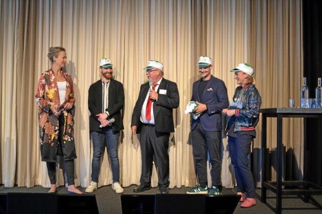 Catarina Rolfsdotter-Jansson, moderator under Livsmedelsdagarna, tog upp vinnarna av Livsmedelspriset 2019 på scenen i Tylösand: Jakob Söderström, programansvarig vid Lantmännens Växthus, Lantmännens forskningsdirektör Mats Larsson samt medarbetarna Jakob Lindblad och Emma Nordell.