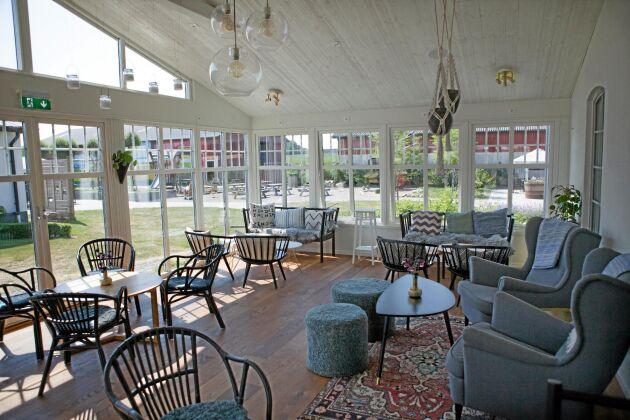 Restaurangen har 170 sittplatser inomhus, på bilden syns en tillbyggd veranda.