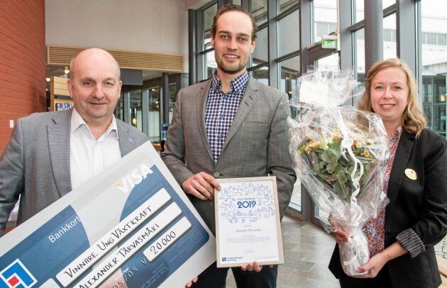 Alexander Tervasmäki, blåbärsodlare från Hjo, tilldelades Länsförsäkringar Skaraborgs regionala pris Ung växtkraft. Utdelare var Jonas Rosman, VD Länsförsäkringar Skaraborg, och Catrin Gustavsson, ordförande i LRF Ungdomen Skaraborg.
