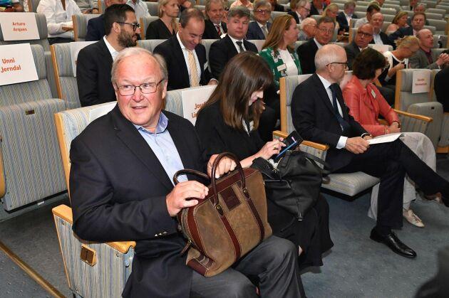 Göran Persson anländer till Swedbanks extra stämma i Folkets hus i Stockholm. Swedbank, som utreds av myndigheter för misstänkt penningtvätt i fem länder, ska välja ny styrelseordförande. Förslaget är Göran Persson, socialdemokratisk statsminister 1996-2006.