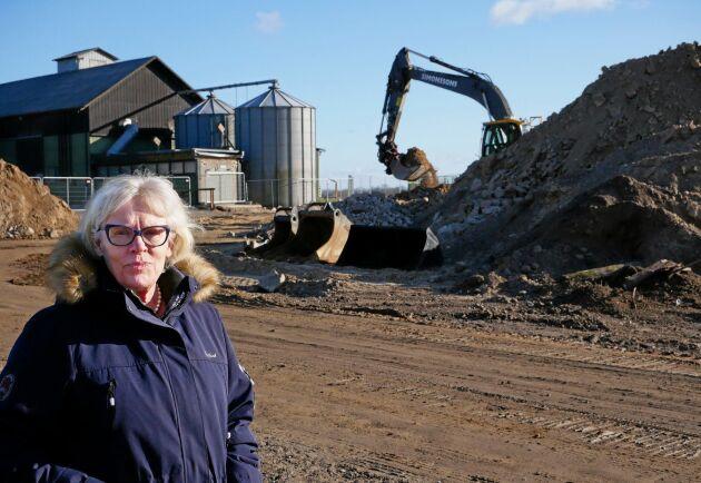 Grävmaskinerna jobbar för fullt med att få bort resterna från Vretaskolans nedbrunna ladugård. Om tio månader ska den nya vara inflyttningsklar, säger rektor Elisabeth Bringer Hallberg.