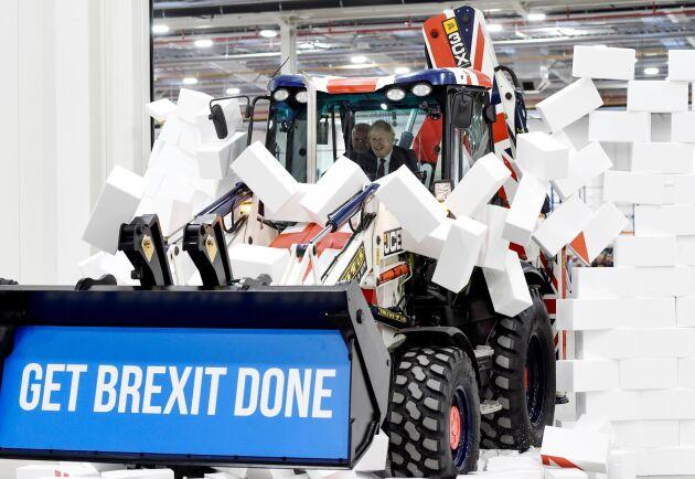 Politisk pryl 2. 2019 använde Boris Johnson en JCB-maskin för att riva murarna i samband med en valkampanj.