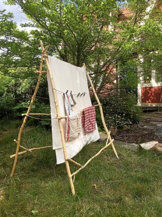 Här kan tvätten torka eller kläder hängas på vädring. Fälls ihop mot en vägg när den inte behövs.