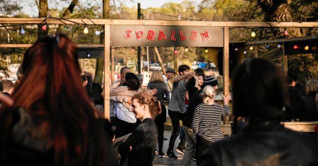 På Söder i Stockholm har man byggt en kopia av en gammaldags dansbana på landet.
