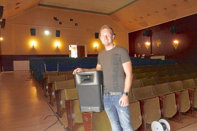 Linus Östergren är nöjd över att biografen fått ett nytt högtalarsystem.