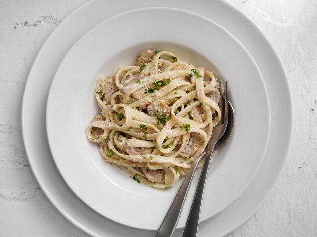 Krämig pasta med dofta av vitlök. Gott på nolltid.