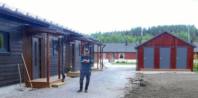 Christoffer vid framsidan av huset, vars tre lägenheter blev uthyrda direkt.