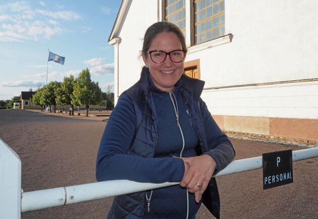 """Nina Känsälä har lång erfarenhet inom hästnäringen; som ridlärare, unghästberidare, B-tränare i dressyr och arbetar nu på seminstation, förutom doktorandstudier om hästnäringens """"social licence to operate""""."""