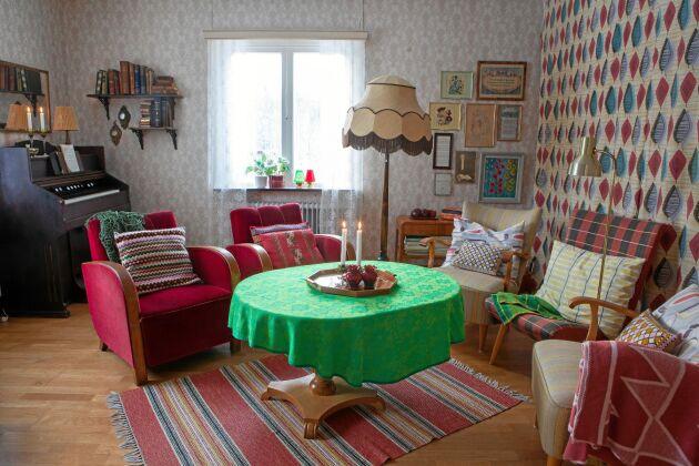 Retroinredning. En hel del är kvar sedan Lindas farföräldrar bodde här på 1960- och 1970-talen. Resten är tidstypiska loppis- och auktionsfynd.