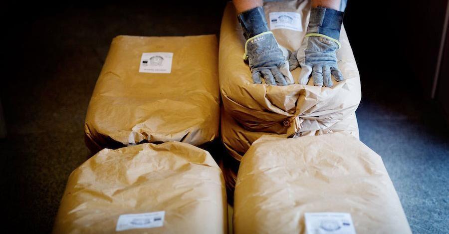 Gammeldags mjölpåsar med gårdens och bondens namn på etiketten.