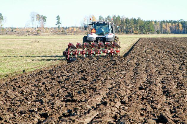 Det finns olika sätt för jordbruket att minska läckaget av växthusgaser till atmosfären. Men det är viktigare att tillföra marken skörderester än att påverka nedbrytningen, skriver debattörerna.