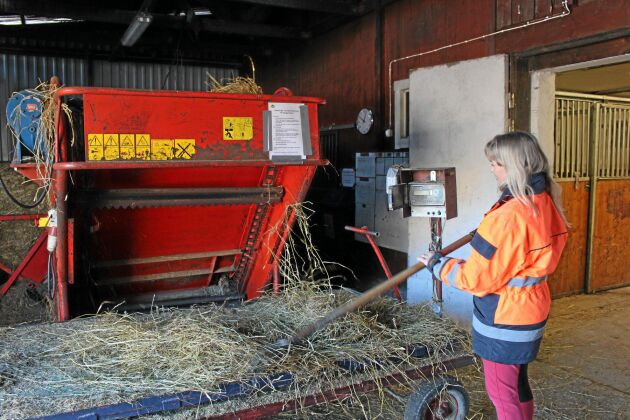 Fodervågvagnen och balupprullaren gör arbetet lättare för Stina Pilhall på Trollhättans fältrittklubb.