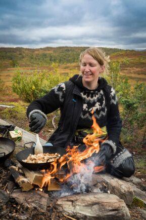 Elin Sundkvst lagar underbar mat med lokala råvaror över öppen eld.