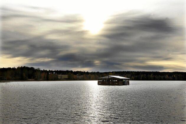 En ny syn på Mårdsjön. Den nybyggda Cowboybåten tuffar fram i sakta promenadtakt. Det kommer den att göra några helger till innan det blir dags för vinterförvaring.