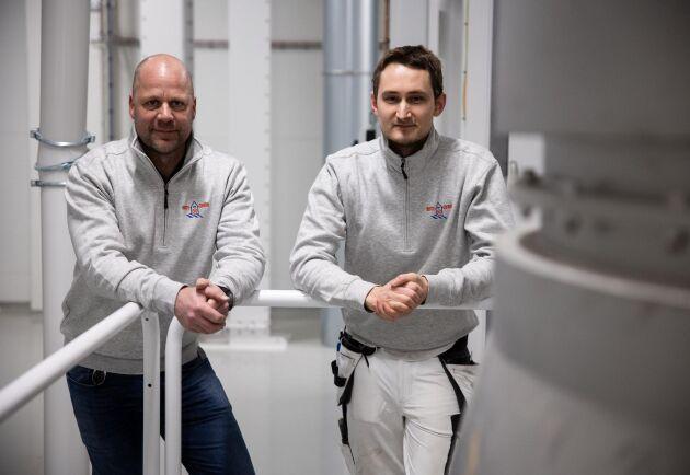 Kvarnmästaren Johan Bäcklund och mjölnaren Bertil Stenström står vid aggregatet där kärnorna värmebehandlas med ånga.